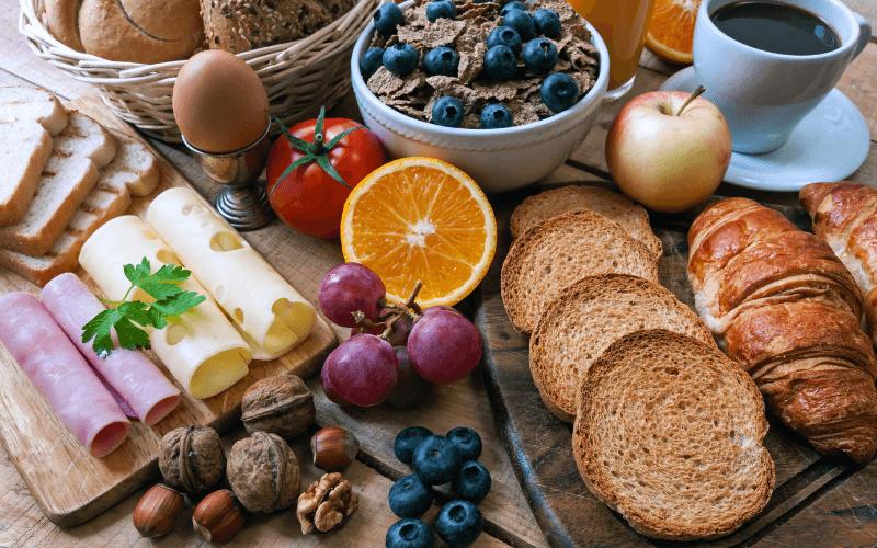 Śniadanie kontynentalne - owoce i pieczywo.